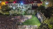 For the space of a few hours, the Presidential Heliport Garden turned into a vast open-air movie theatre where 3,000 people were able to see Alfonso Cuarón's Roma free of charge on a screen measuring 15 metres wide by 7 metres high with Christie RGB laser projection and Dolby 7.1 sound.